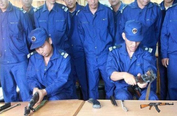 """Lính hải quân Trung Quốc trá hình dưới vỏ bọc """"nhân viên Ngư chính"""" chiếm đóng trái phép Đá Vành Khăn"""