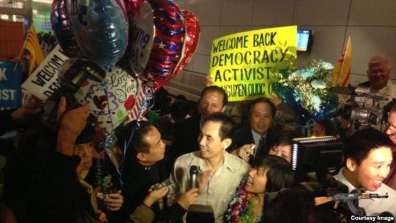 Quân trả lời phỏng vấn truyền thông sau khi đặt chân xuống phi trường LAX.