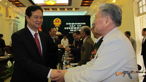 Thủ tướng Nguyễn Tấn Dũng trò chuyện cùng đại diện Hội truyền thống chiến sĩ Điện Biên Phủ tại TP Hải Phòng