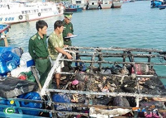 Tại hiện trường, nóc ca bin của tàu cá của ngư dân Việt Nam bị đạn lửa thiêu cháy.