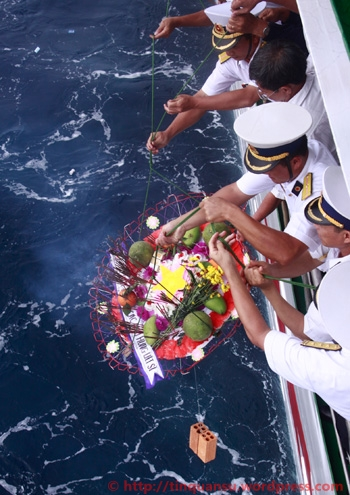 Lễ thả hoa, tưởng niệm những liệt sĩ hi sinh trong trận chiến Trường Sa ngày 14/3/1988 tại khu vực đảo Cô Lin, Len Đao, Gạc Ma. Ảnh: Nguyễn Đông