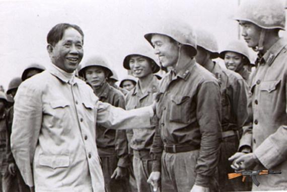 TBT Lê Duẩn gặp PTS. Lâm Ngọc Thiềm và các sinh viên ĐH Tổng hợp Hà Nội - những người rời giảng đường đến chiến hào vào tháng 5/1972 (Ảnh tư liệu)