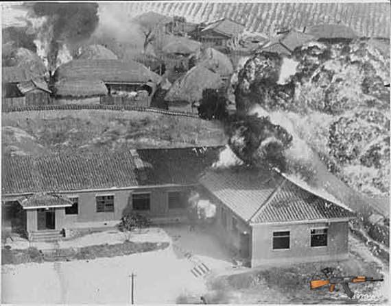 Một ngôi làng ở Bắc Triều Tiên bị trúng bom napalm vào tháng 1/1951. (Nguồn: Bộ Quốc phòng Mỹ)