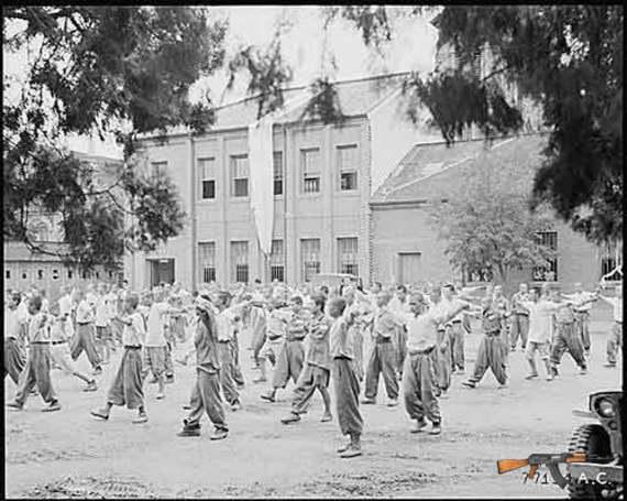 Tù nhân chiến tranh Triều Tiên đang tập thể dục tại một trại cải tạo. Tháng 8/1950. (Nguồn: Bộ Quốc phòng Mỹ)