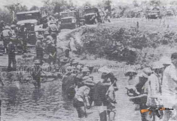 Bộ đội và nhân dân làm ngầm vượt sông Mỹ Chánh.